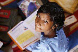 Niña india estudiando