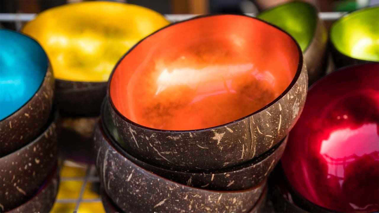 El bol de coco es un elemento decorativo y ecologico para tomar agua de coco o lo que quieras